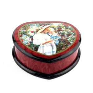 Музыкальная шкатулка в виде сердца «Мама с ребенком в саду» - Фото