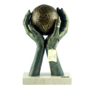 Фигура «Мир в твоих руках», бронза - Фото